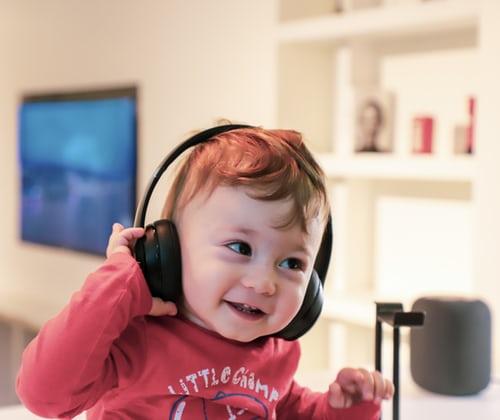 gyerek zenét hallgat