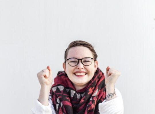 izgalommal teli szemüveges nő